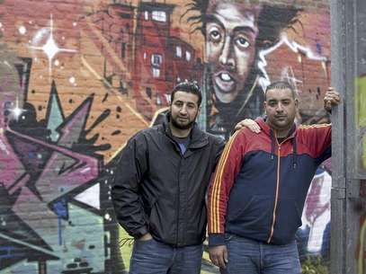 Youth worker Mostafa Ameziane (L), 31, and unemployed Hamza Ahmadoun, 25, pose for a photograph in Antwerp June 13, 2012. Foto: Eric Vidal / Reuters In English