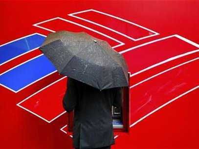 A Bank of America customer uses an ATM in Charlotte, North Carolina April 18, 2012. Foto: Chris Keane / Reuters In English