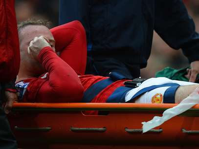 Manchester United's English striker Wayne Rooney leaves the pitch on a stretcher after injuring his knee during the English Premier League football match between Manchester United and Fulham at Old Trafford in Manchester, north-west England on August 25, 2012.  Foto: Getty Images
