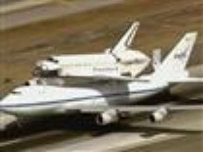 Space shuttle Endeavour landed safely at the Los Angeles International Airport Friday after a whirlwind aerial tour around California landmarks. (Sept. 21)              Foto: AP in English