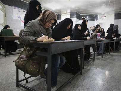 Women fill in their ballots during Iran's parliamentary elections at a mosque in southern Tehran March 2, 2012. Iranians voted on Friday in a parliamentary election likely to reinforce Supreme Leader Ayatollah Ali Khamenei's power over rival hardliners led by President Mahmoud Ahmadinejad. Foto: Raheb Homavandi / Reuters In English