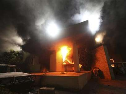 The U.S. Consulate in Benghazi is seen in flames during a protest by an armed group said to have been protesting a film being produced in the United States September 11, 2012. Foto: Esam Al-Fetori / Reuters In English