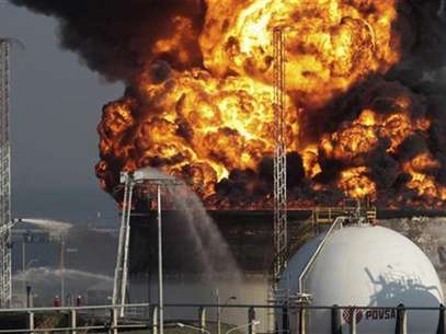 A view of the fire at El Palito refinery in Puerto Cabello in the state of Carabobo September 20, 2012. Foto: Stringer / Reuters In English