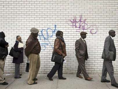 Jobseekers stand in line to attend the Dr. Martin Luther King Jr. career fair held by the New York State department of Labor in New York in this April 12, 2012 file photograph. Foto: Files / Reuters In English