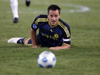 Chelsea's John Terry keeps his eyes on the ball as he falls on the pitch during the second half of their 2009 World Football Challenge soccer match against AC Milan in Baltimore, Maryland, July 24, 2009. Foto: Hyungwon Kang / Reuters In English