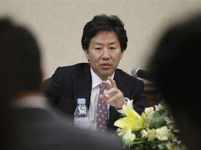 Japan Finance Minister Jun Azumi gestures while answering questions during a news conference after the 15th ASEAN plus 3 Finance Ministers and Central Bank Governors' meeting in Manila May 3, 2012. Foto: Romeo Ranoco / Reuters In English