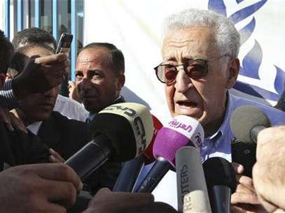 UN-Arab League peace envoy for Syria Lakhdar Brahimi speaks to the media during his visit to the Al Zaatri refugee camp in the Jordanian city of Mafraq, near the border with Syria, September 18, 2012. Foto: Muhammad Hamed / Reuters In English