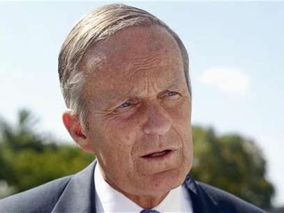 U.S. Senate candidate Todd Akin speaks to the media after a rally outside the Missouri Capitol with the New Women's Group in Jefferson City, Missouri September 21, 2012. Foto: Sarah Conard / Reuters In English