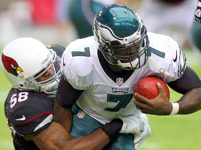 El linebacker Daryl Washington detiene al quarterback Michael Vick. Foto: Paul Connors / AP