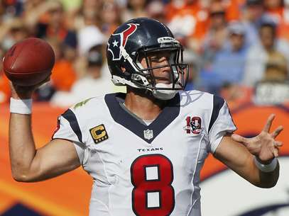 Houston Texans quarterback Matt Schaub throws against the Denver Broncos in their NFL football game in Denver September 23, 2012.  Foto: RICK WILKING / REUTERS