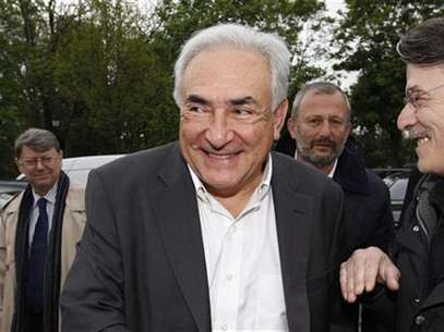 Former IMF head Dominique Strauss-Kahn (C) and Francois Pupponi (2ndR), Deputy Mayor of Sarcelles arrive at a polling station in the second round of the 2012 French presidential elections in Sarcelles May 6. Foto: Gonzalo Fuentes / Reuters In English
