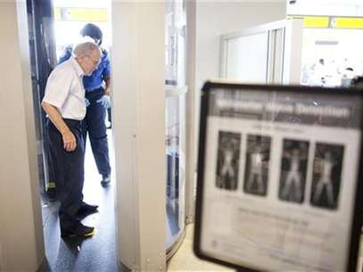 A man receives instructions on going through a full body scanner at a Transportation Security Administration security checkpoint in the Newark Liberty International Airport in Newark, New Jersey July 28, 2011. Foto: Lucas Jackson / Reuters In English