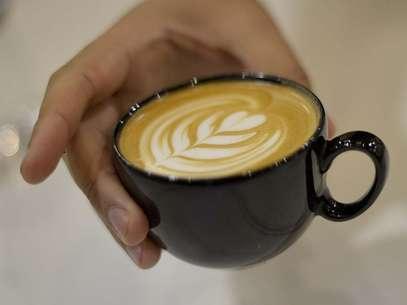 Baristas especialistas em Latte Art ensinam como fazer desenhos com leite vaporizado durante feira de café Foto: Ricardo Matsukawa/Terra
