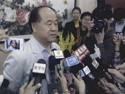 Chinese writer Mo Yan (L) talks to the media during a news conference in his hometown Gaomi, Shandong province October 11, 2012. Foto: China Daily / Reuters In English