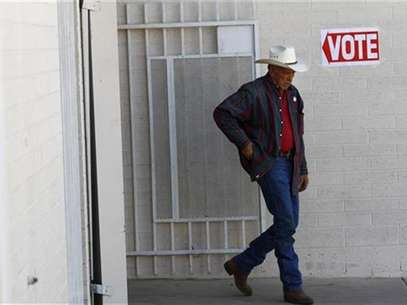 A voter exits a polling station after voting in Phoenix, Arizona February 28, 2012. Foto: Joshua Lott / Reuters