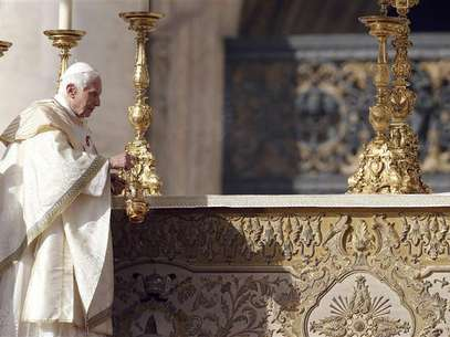 Pope Benedict XVI blesses the altar during a special mass to canonize seven new saints, including the first ever native American to be declared a saint, at St. Peter's square in Vatican City October 21, 2012. Foto: Stefano Rellandini / Reuters