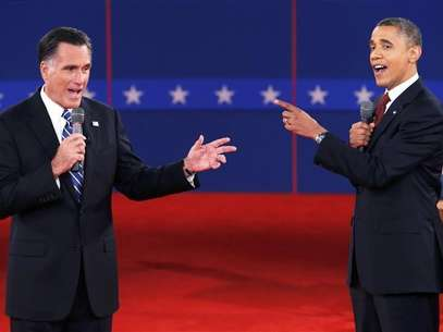 U.S. Republican presidential nominee Mitt Romney (L) and U.S. President Barack Obama speak directly to each other during the second U.S. presidential debate in Hempstead, New York, October 16, 2012. Foto: Mike Segar / Reuters