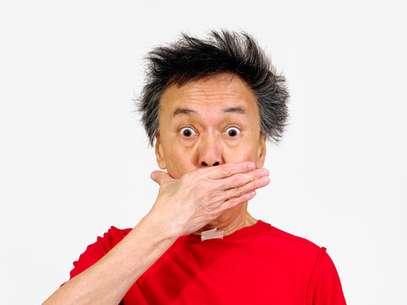 Um tombo inesperado, uma comida dura, um jogo de futebol... e o dente quebra. Antes de se desesperar é preciso saber o que fazer exatamente para que os danos não sejam maiores. Segundo o dentista Joel dos Santos, o melhor a fazer é guardar o pedaço do dente fraturado. É indicado guardar o fragmento em leite, água ou soro fisiológico e procurar imediatamente o seu dentista. Foto: Shutterstock