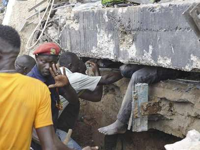 Rescue workers look for survivors from the debris of a collapsed building rented by Melcom Ltd, which runs Ghana's largest chain of retail department stores, in Accra November 7, 2012. Foto: Stringer / Reuters