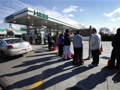 People stand in line with gas cans to fill at one of the few gas stations open on hard-hit Staten Island in New York City following Hurricane Sandy, November 2, 2012. Foto: Mike Segar / Reuters
