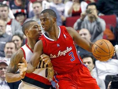 Clippers vs. Trail Blazers: Chris Paul intenta driblar la marca de Damian Lillard. Los ngeles vencieron 103-90 a Portland en el Rose Garden. Foto: AP