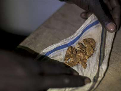 A man shows off his gold to potential buyers in a hotel in Kapoeta, South Sudan September 27, 2012. Foto: Adriane Ohanesian / Reuters