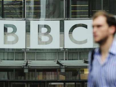 A pedestrian walks past a BBC logo at Broadcasting House in central London October 22, 2012. Foto: Olivia Harris / Reuters