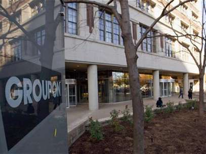 People enter and leave Groupon Inc corporate office and headquarters in Chicago, Illinois, November 4, 2011. Foto: Frank Polich / Reuters