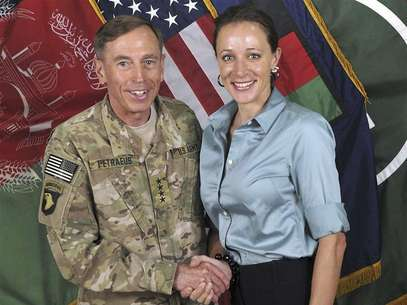 Commander of the International Security Assistance Force/U.S. Forces in Afghanistan General David Petraeus shakes hands with author Paula Broadwell in this ISAF handout photo originally posted July 13, 2011. Foto: ISAF / Reuters