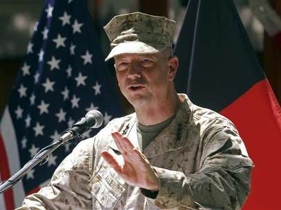 U.S. General John Allen, commander of the North Atlantic Treaty Organization (NATO) forces in Afghanistan, speaks during U.S. Independence Day celebrations in Kabul July 4, 2012. Foto: Mohammad Ismail / Reuters
