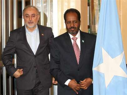 Somalia's President Hassan Sheikh Mohamud (R) and Iranian Foreign Minister Ali Akbar Salehi pose for photographs before addressing a joint news conference in Mogadishu November 14, 2012. Foto: Omar Faruk / Reuters