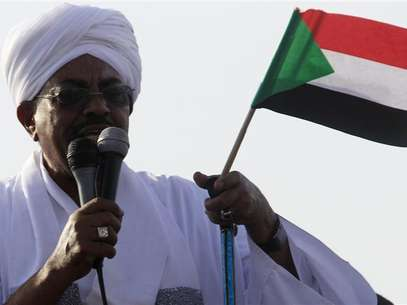 Sudan's President Omar Hassan al-Bashir addresses the crowd after arriving at Khartoum Airport September 28, 2012. Foto: Mohamed Nureldin Abdallah / Reuters