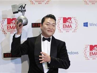 South Korean singer PSY poses with his Best Video award backstage during the MTV European Music Awards 2012 show at the Festhalle in Frankfurt November 11, 2012. Foto: Lisi Niesner / Reuters