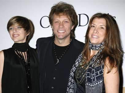 Singer Jon Bon Jovi (C), daughter Stephanie Rose Bon Jovi and wife Dorothea Rose Hurley (R) arrive at the Pre-Grammy Gala presented by the Recording Academy and Clive Davis in Beverly Hills, California on January 30, 2010. Foto: Jason Redmond / Reuters