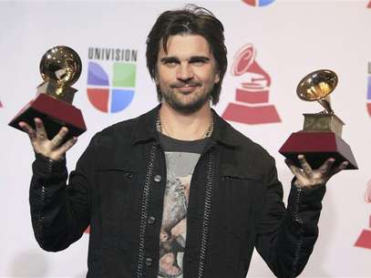 Juanes poses backstage with the awards for best long form music video and album of the year for &quot;MTV Unplugged&quot; during the 13th Latin Grammy Awards in Las Vegas, Nevada, November 15, 2012. Foto: Steve Marcus / Reuters