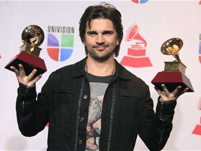 El roquero colombiano Juanes posa con sus galardones al Mejor Video y al Mejor Album del ao durante la entrega de los premios Grammy Latinos en Las Vegas, nov 15 2012. El roquero colombiano Juanes y el do de pop mexicano Jesse & Joy se llevaron a casa los principales Grammy Latinos el jueves en Las Vegas en una noche en la que lo contemporneo se impuso ante lo tradicional. Foto: Steve Marcus / Reuters