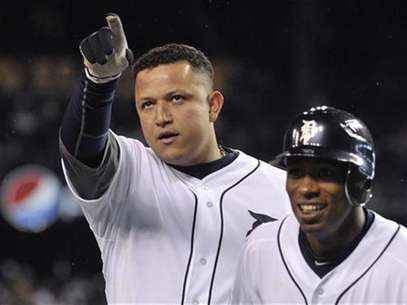 Detroit Tigers' Miguel Cabrera (L) and Austin Jackson celebrate Cabrera's two run home run.  Foto: Mike Cassese / Reuters
