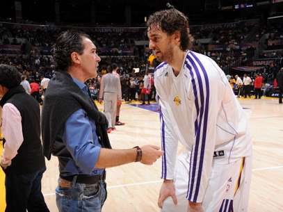 Pau Gasol charla con el actor Antonio Banderas antes del partido ante Houston Foto: Getty Images