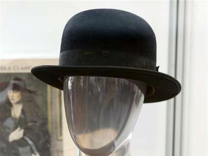 "Charlie Chaplin's signature bowler hat from numerous productions such as ""The Tramp"" is pictured at a preview of actress Debbie Reynolds' Hollywood costume and prop collection in Beverly Hills June 6, 2011. Foto: Fred Prouser / Reuters"