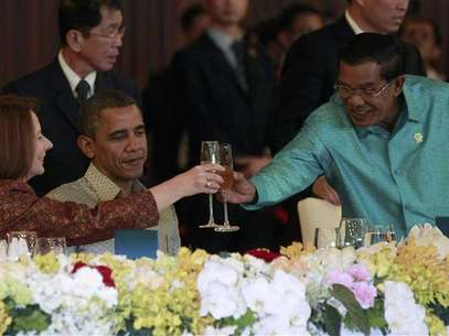 U.S. President Barack Obama watches on as Cambodia's Prime Minister Hun Sen toasts with Australian Prime Minister Julia Gillard at an East Asia Summit dinner in Phnom Penh, November 19, 2012. Foto: Jason Reed / Reuters