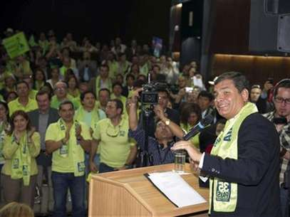 Ecuador's President Rafael Correa (R) addresses supporters as he registers his candidature for the presidential elections at the Supreme Electoral Court in Quito November 12, 2012. Foto: Guillermo Granja / Reuters