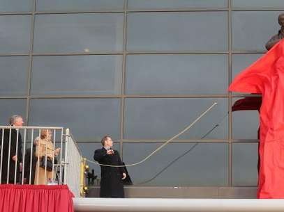 Sir Alex Ferguson unveils his statue in front of Old Trafford.  Foto: Getty Images