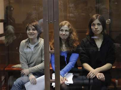 "Members of the female punk band ""Pussy Riot"" (L-R) Yekaterina Samutsevich, Maria Alyokhina and Nadezhda Tolokonnikova sit in a glass-walled cage before a court hearing in Moscow October 10, 2012. Foto: Maxim Shemetov / Reuters"