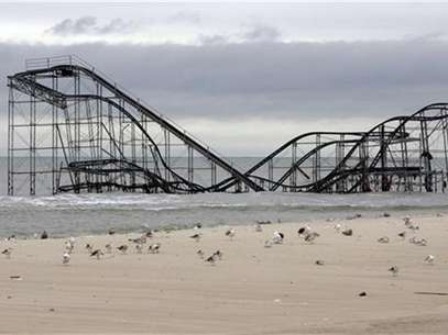 The extensive damage to an amusement park roller coaster in the aftermath of Hurricane Sandy is seen in Seaside Heights, New Jersey, November 13, 2012. Foto: Tom Mihalek / Reuters