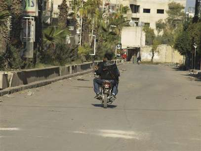 Free Syrian Army fighters ride a motorcycle in Daria, near Damascus November 24, 2012. Foto: Fadi Al-Derani / Reuters