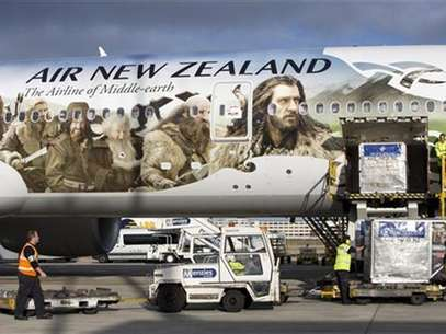 An Air New Zealand Boeing 777-300ER featuring livery advertising the film The Hobbit: An Unexpected Journey is loaded by ground crew after landing at Heathrow Airport, en route to Los Angeles and then Auckland, in London. November 25, 2012. The aircraft is picking up actors and crew along the route to attend the film's premiere in New Zealand. Foto: Neil Hall / Reuters