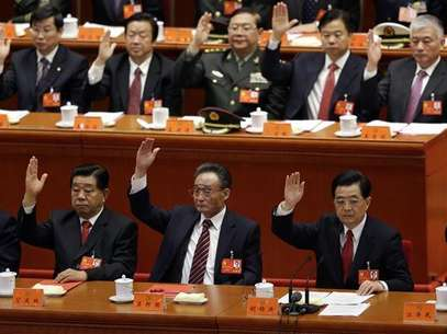 (Front row, from L to R) China's Vice President Xi Jinping, top political advisor Jia Qinglin, chairman of the Standing Committee of National People's Congress Wu Bangguo, China's President Hu Jintao and former President Jiang Zemin raise their hands as they take a vote at the closing session of the 18th National Congress of the Communist Party of China at the Great Hall of the People in Beijing, November 14, 2012. Foto: Jason Lee / Reuters