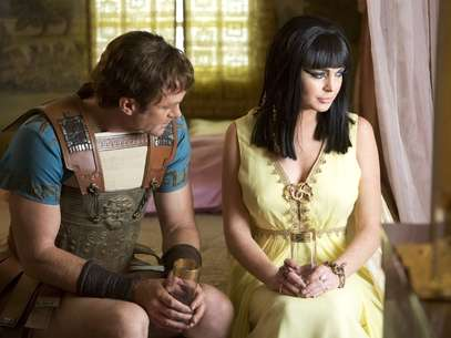 Grant Bowler as Richard Burton (L) and Lindsay Lohan as Elizabeth Taylor (R) in a publicity image for the Lifetime Original Movie, &quot;Liz & Dick&quot; Foto: AP