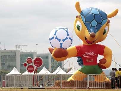 """Boneco da mascote da Copa do Mundo de 2014 é exposto na Esplanada dos Ministérios em Brasília. A mascote oficial da Copa do Mundo de 2014 no Brasil vai se chamar """"Fuleco"""", uma palavra que os organizadores afirmam transmitir uma mensagem de consciência ambiental. 24/09/2012 Foto: Ueslei Marcelino / Reuters"""