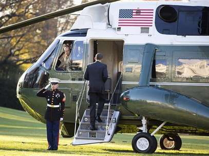 U.S. President Barack Obama boards Marine One before departing for a trip to Thailand, Burma and Cambodia from the White House in Washington November 17, 2012. Foto: Joshua Roberts / Reuters